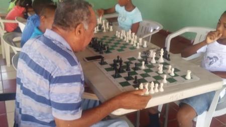 Dr. Matos Pérez recomienda jugar ajedrez a su edad