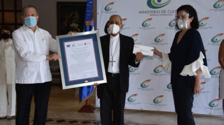 MINISTERIO DE CULTURA Y LA FUNDACIÓN EDUARDO LEÓN JIMENES ENTREGAN PREMIO FERIA DEL LIBRO A MONSEÑOR FREDDY BRETÓN.