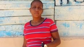 Rosanny Méndez exige a  Edesur ir en su auxilio ya que hace un año colapsó un pote del tendido eléctrico en su residencia.
