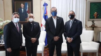 MONS. FREDDY BRETÓN SE REÚNE CON EL PRESIDENTE LUIS ABINADER.