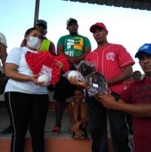 Equipo de Softbol  del Municipio Las Salinas, recibió utilería  de Alcaldesa.