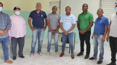 El presidente del Círculo de locutores Filial Independencia coloca el Botón de honor a sus miembros